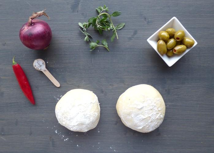 Focaccia con cipolla, olive e maggiorana