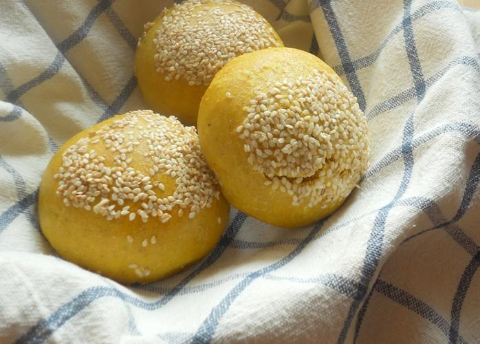 Pane con pasta madre alla curcuma e sesamo