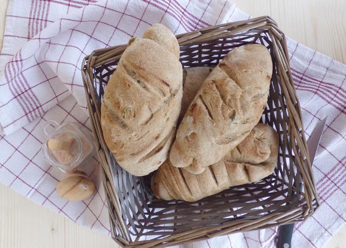 Pane integrale alle acciughe e olive