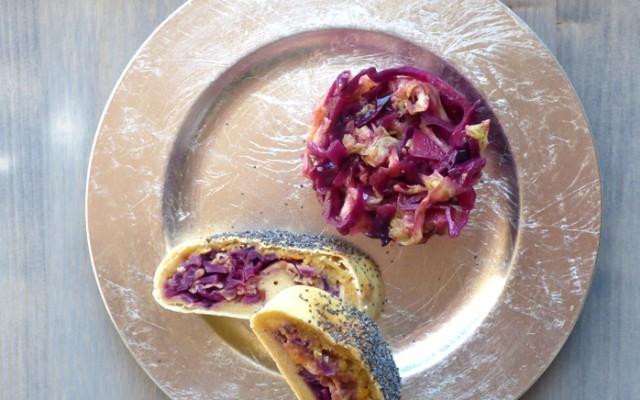 Strudel salato con cavolo viola, cavolo verza e lenticchie