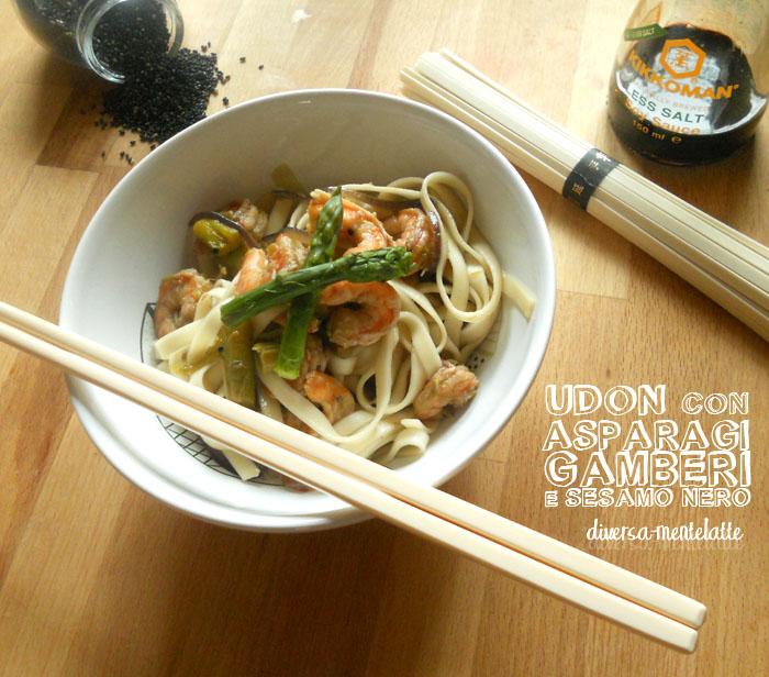 Udon con asparagi gamberi sesamonero