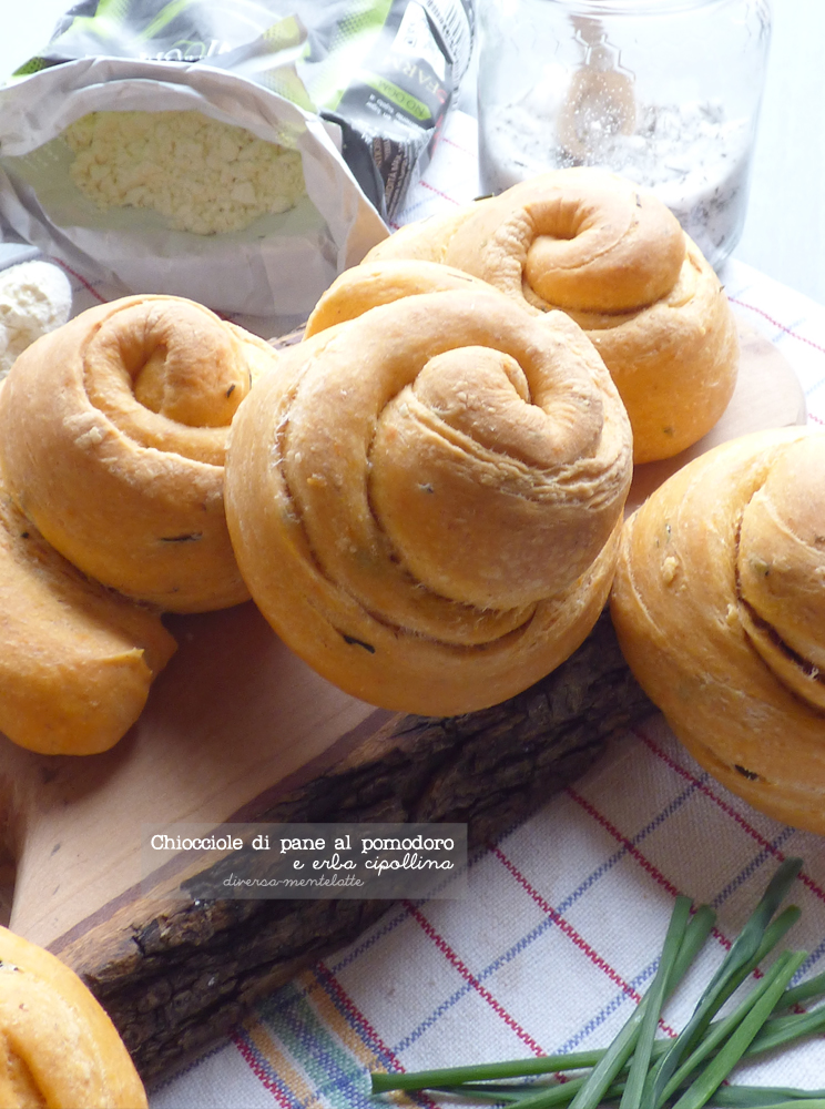chiocciole di pane al pomodoro-e-erba-cipollina con pasta madre