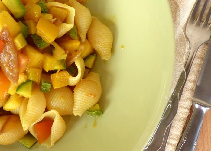 Conchiglie con pesche e verdure piccanti