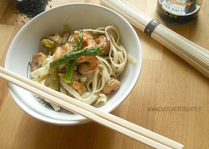 Udon con asparagi, gamberi e sesamo nero