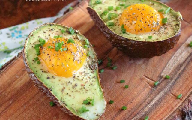 Avocado al forno con uova ed erba cipollina