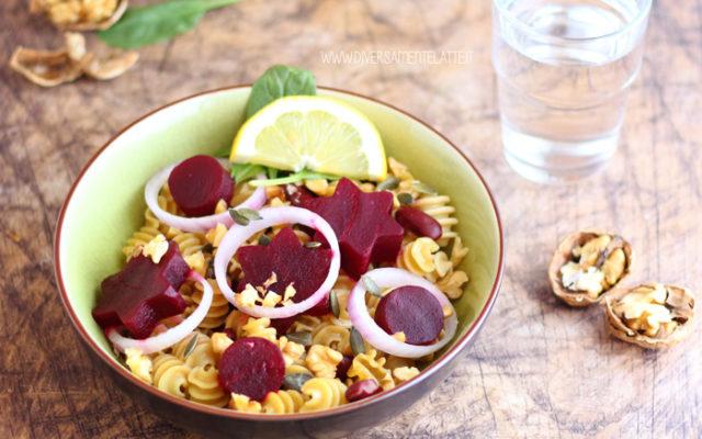 Insalata di pasta con barbabietola, fagioli e noci