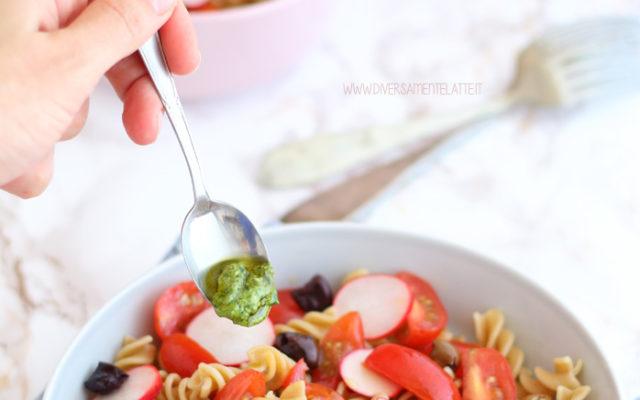 Insalata di pasta fredda con verdure e pesto veloce