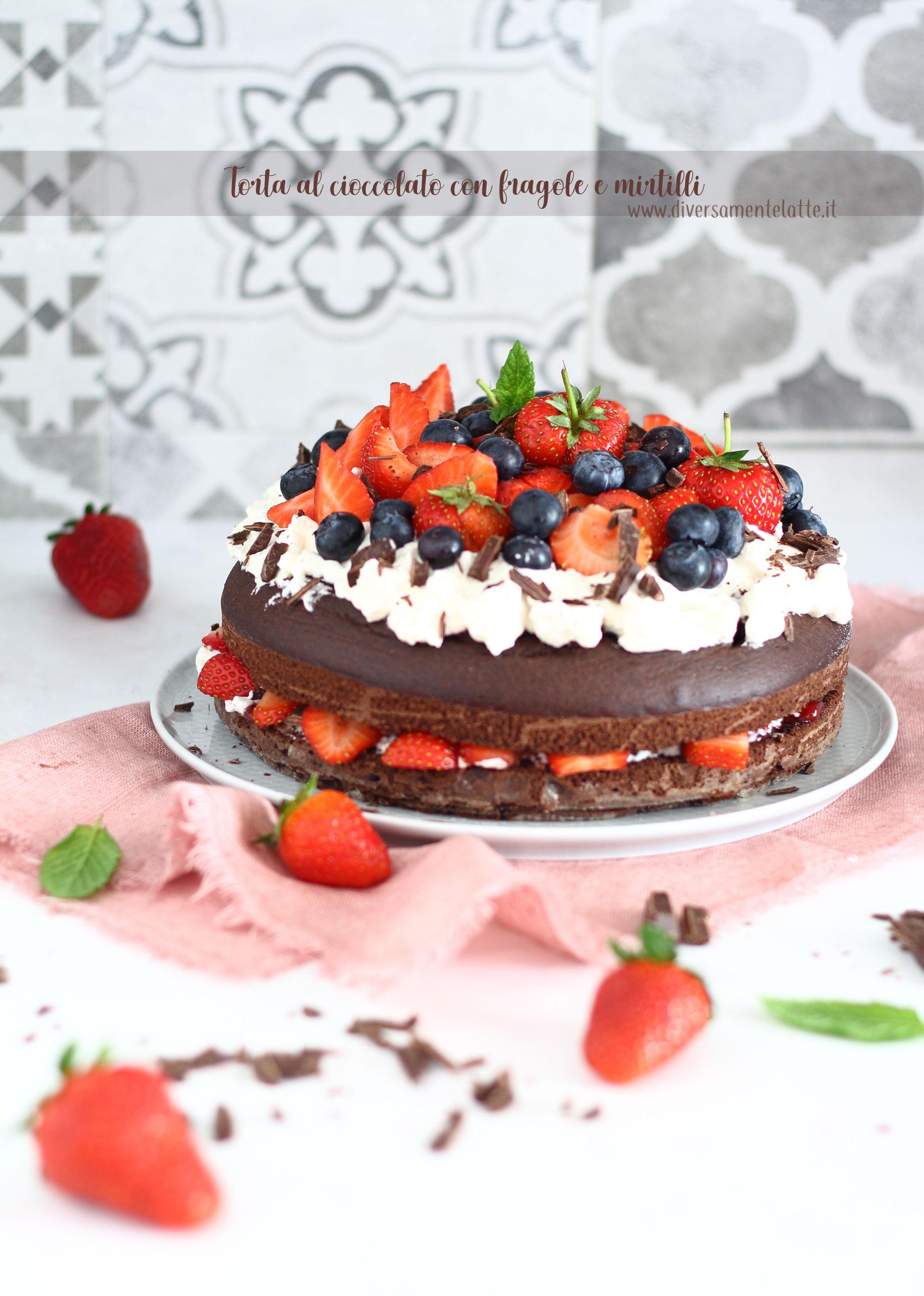 torta al cioccolato con fragole e mirtilli