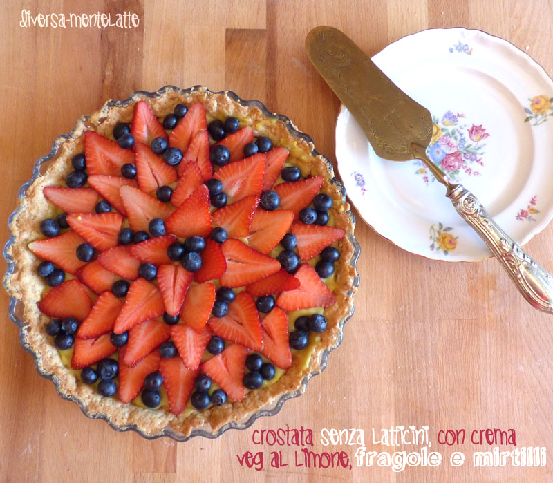 Crostata con crema veg al limone fragole e mirtilli